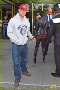 La mano morta di Taylor Kinney (CHICAGO FIRE - Italia 1) a Lady Gaga (2)