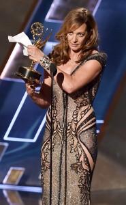 Alison Janney (MOM-PREMIUM JOI) vince Emmy Award