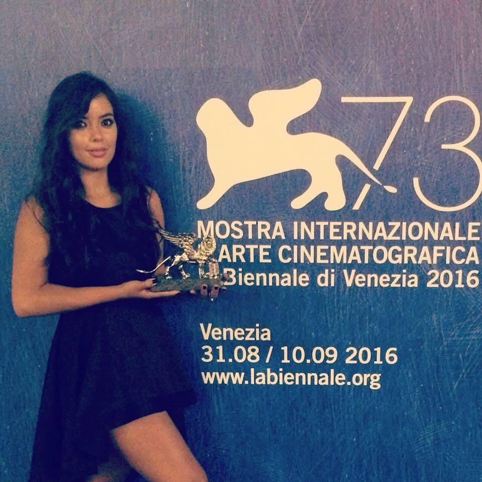 Luz Adriana Sarcinelli con il premio Leone D'Argento