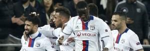L'esultanza dei giocatori dell'Olympique al gol di Fekir (3-2).