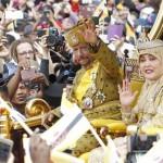 Sfila su un carro d'oro trainato da 50 uomini: il Sultano del Brunei