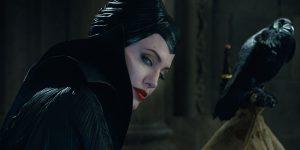 Angelina Jolie (Malefica) in una scena del primo film
