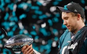Foles con in mano il trofeo del LII° Super Bowl