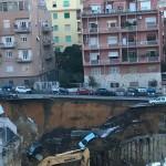 Paura alla Balduina: Si apre una grossa voragine in strada, 7 auto vi cadono dentro, Verifiche di stabilità sui palazzi adiacenti, due evacuati