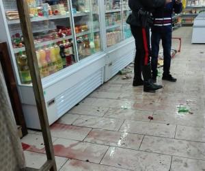 NRM - Il negozio danneggiato, la mazza e il pugnale sequestrato (3)