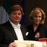 Il Presidente Candelaresi consegna la Targa del Leone d'Oro alla dott.ssa Birindelli