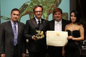 La premiazione del dott. Vincenzo Schiavo, con il Presidente Candelaresi e i conduttori Gabriele Marconi e Luz Adriana Sarcinelli