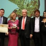 La musicista Edda Silvestri premiata dal dott. Walter Simon Arbib
