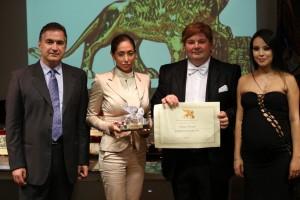 La premiazione della dott.ssa Bonfanti, alla presenza del Presidente Candelaresi e dei conduttori Gabriele Marconi e Luz Adriana Sarcinelli