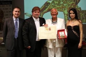La premiazione della Contessa Maria Rosaria Caracciolo, insieme ai presentatori Gabriele Marconi e Luz Adriana Sarcinelli e il Presidente Candelaresi