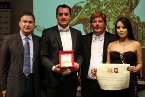 La premiazione del dott. Sosio, insieme al Presidente Candelaresi e ai conduttori Luz Adriana Sarcinelli e Gabriele Marconi
