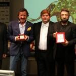 Cesare Ragazzi consegna la Targa del Leone d'Oro a Leonardo Mascitelli