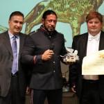 Consegnato il Leone d'Argento a Omar Monno. In foto, anche il conduttore Gabriele Marconi e il presidente Sileno Candelaresi