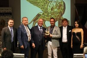 Quirino e Davide Pedon premiati da Giovanni Rana, alla presenza del dott. Sileno Candelaresi e dei presentatori dell'evento Luz Adriana Sarcinelli e Gabriele Marconi