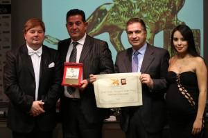 Il titolare della Rancraft Giuseppe Ranieri premiato dal Presidente Candelaresi, insieme ai conduttori Luz Adriana Sarcinelli e Gabriele Marconi