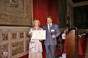 La musicista Edda Silvestri ritira il riconoscimento assegnato al regista e scrittore Francesco Antonio Castaldo